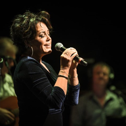 Kelly Lang performed her own hits, plus a few covers, at The Guest House at Graceland.