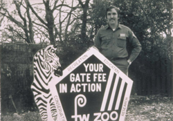 photo of zookeeper with original Fort Worth Zoo sign