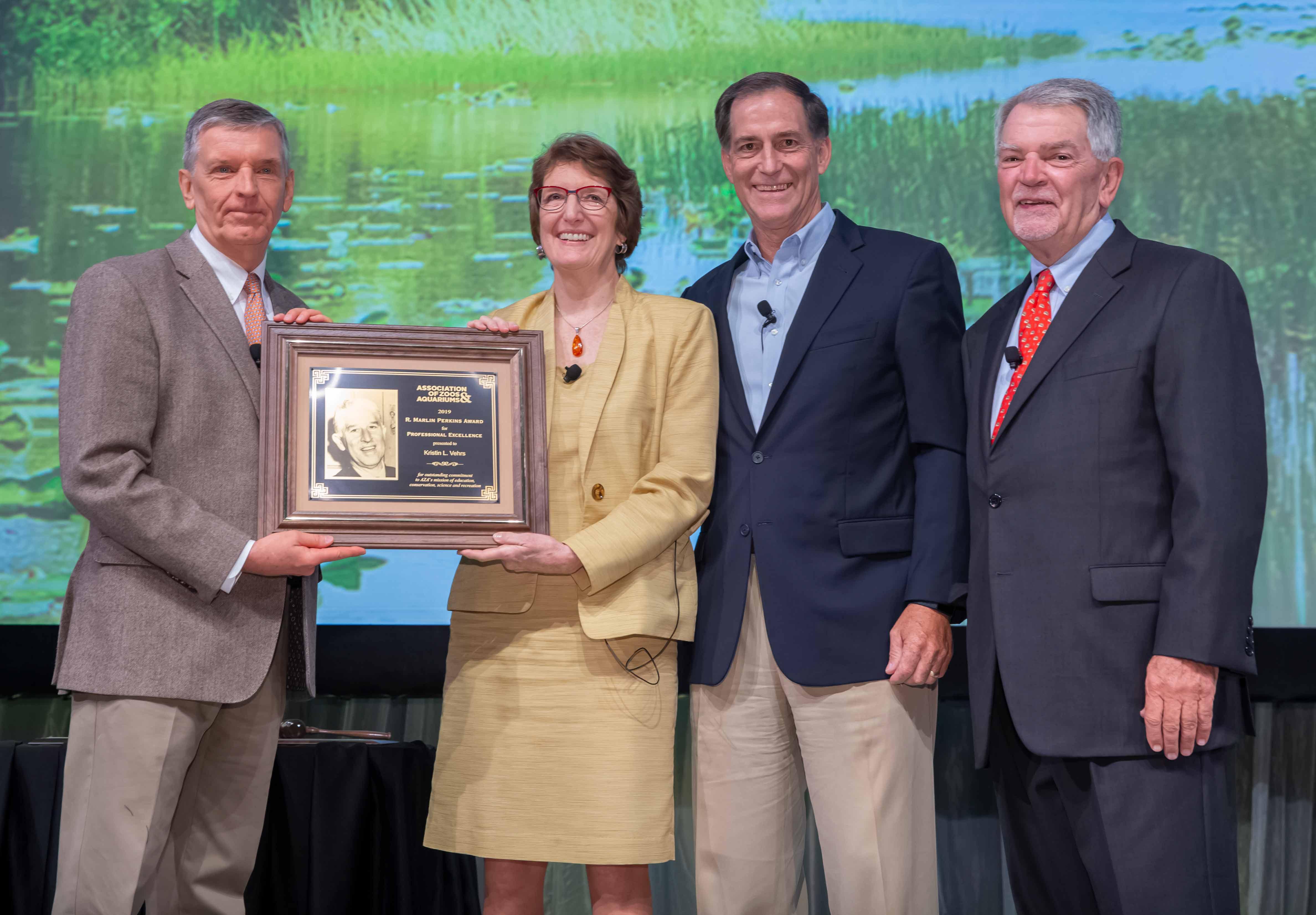 Kris Vehrs receiving the Marlin Perkins Award