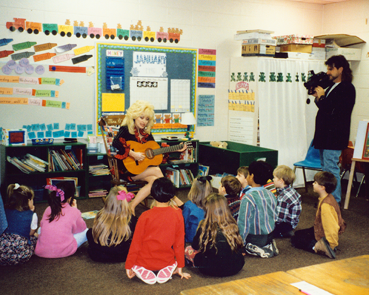 Dolly Parton reading to classroom, 1996. Credit: Courtesy of Chasing Rainbows Museum
