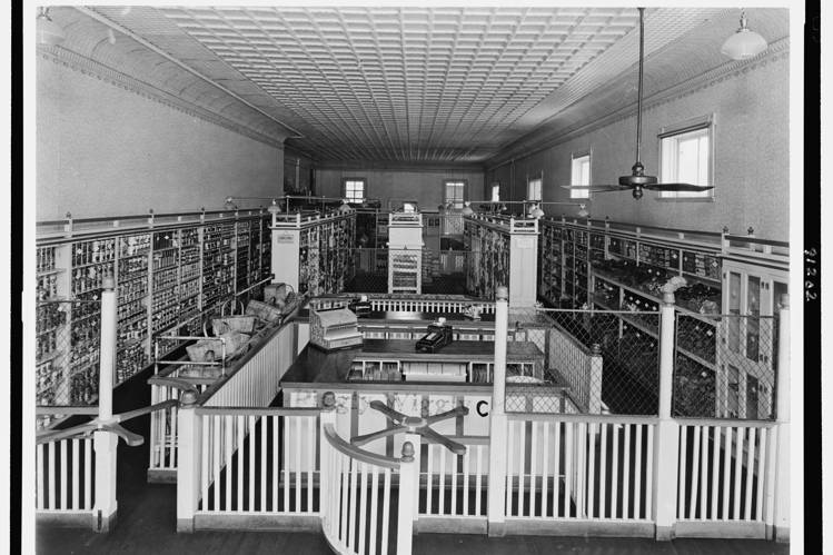 Inside the first Piggly Wiggly, Wikipedia Commons.