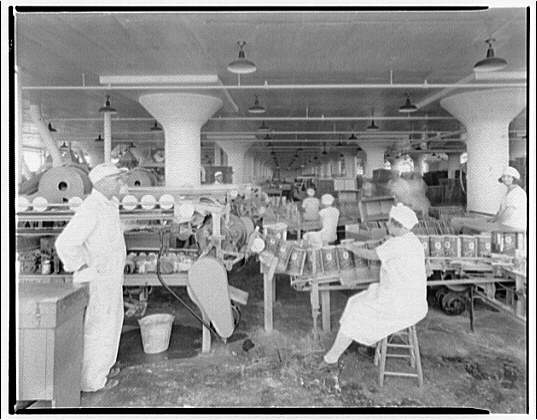 Quaker Oats Factory, Cedar Rapids, Iowa. Labeling and inspecting