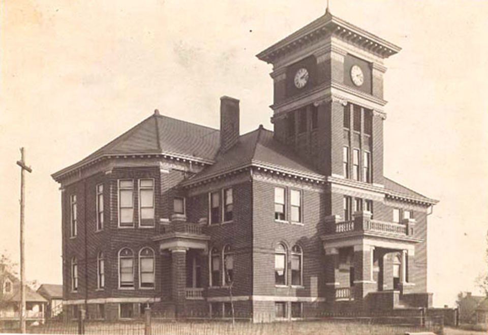 Photograph of Monroe County Courthouse, courtesy of the Tennessee State Library & Archives