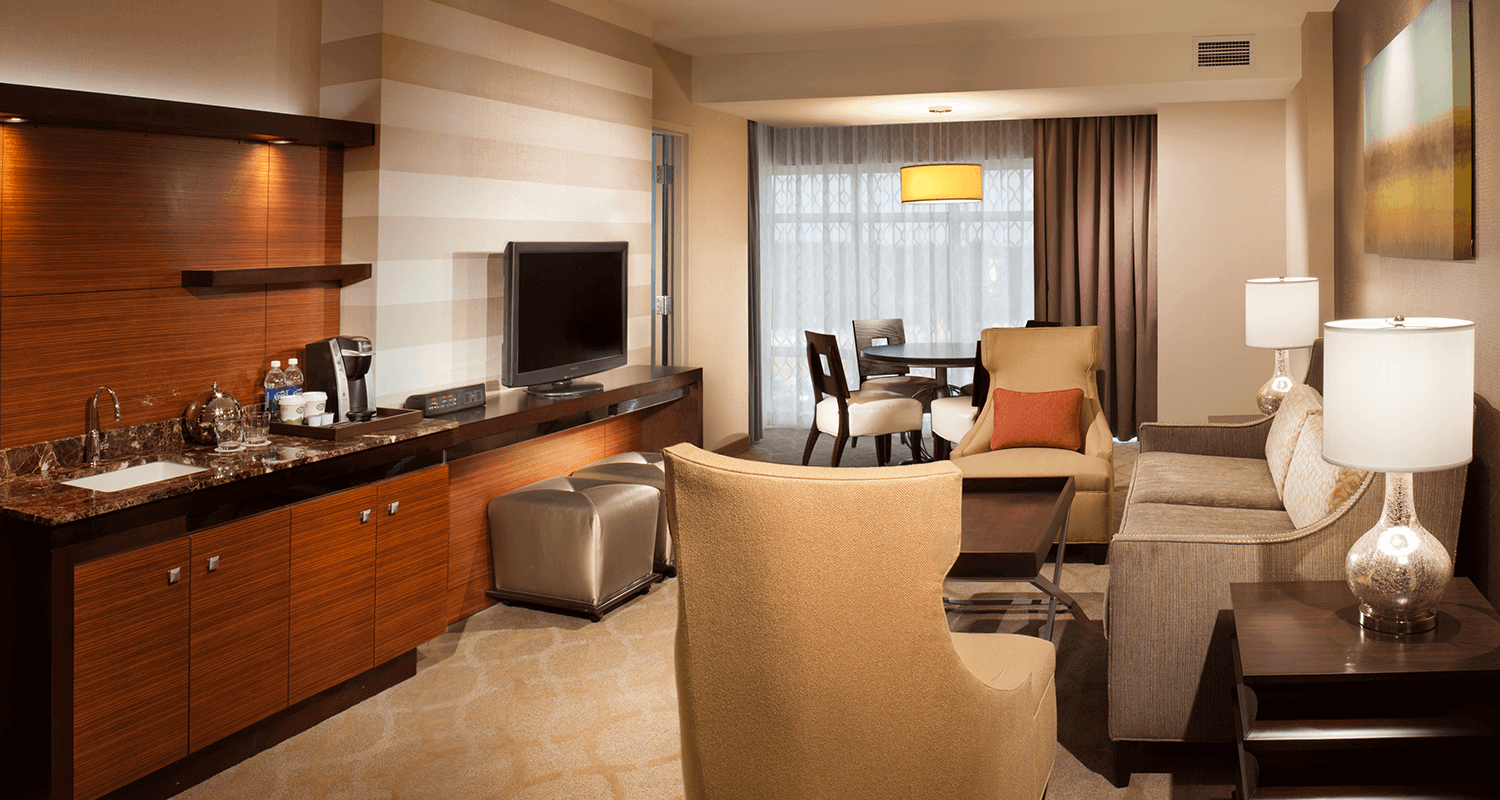 7 Clans Hotel at Coushatta King 2-Bay Suite Living Room